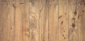 Jakie są zalety płytek drewnopodobnych do salonu
