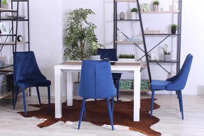 Granatowe krzesła